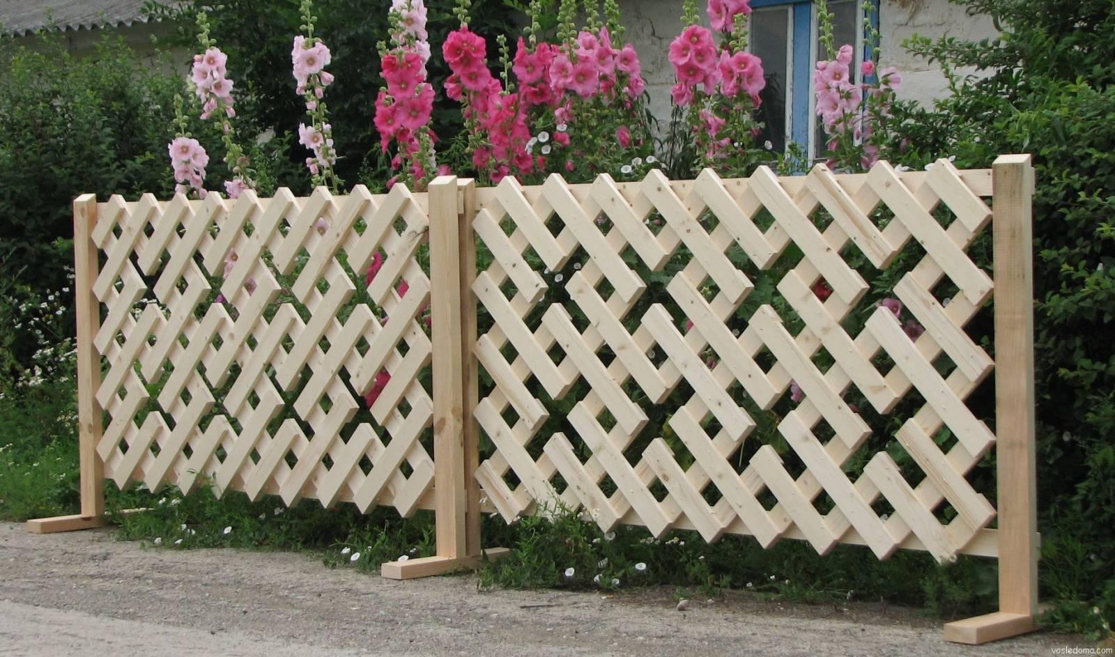 Ажурная декоративная оградка из деревянных планок.